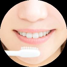 女性の口元と歯ブラシ