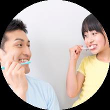 歯ブラシの指導を受ける女の子